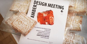 Na zdjęciu katalog wystawy Amber Design Meeting